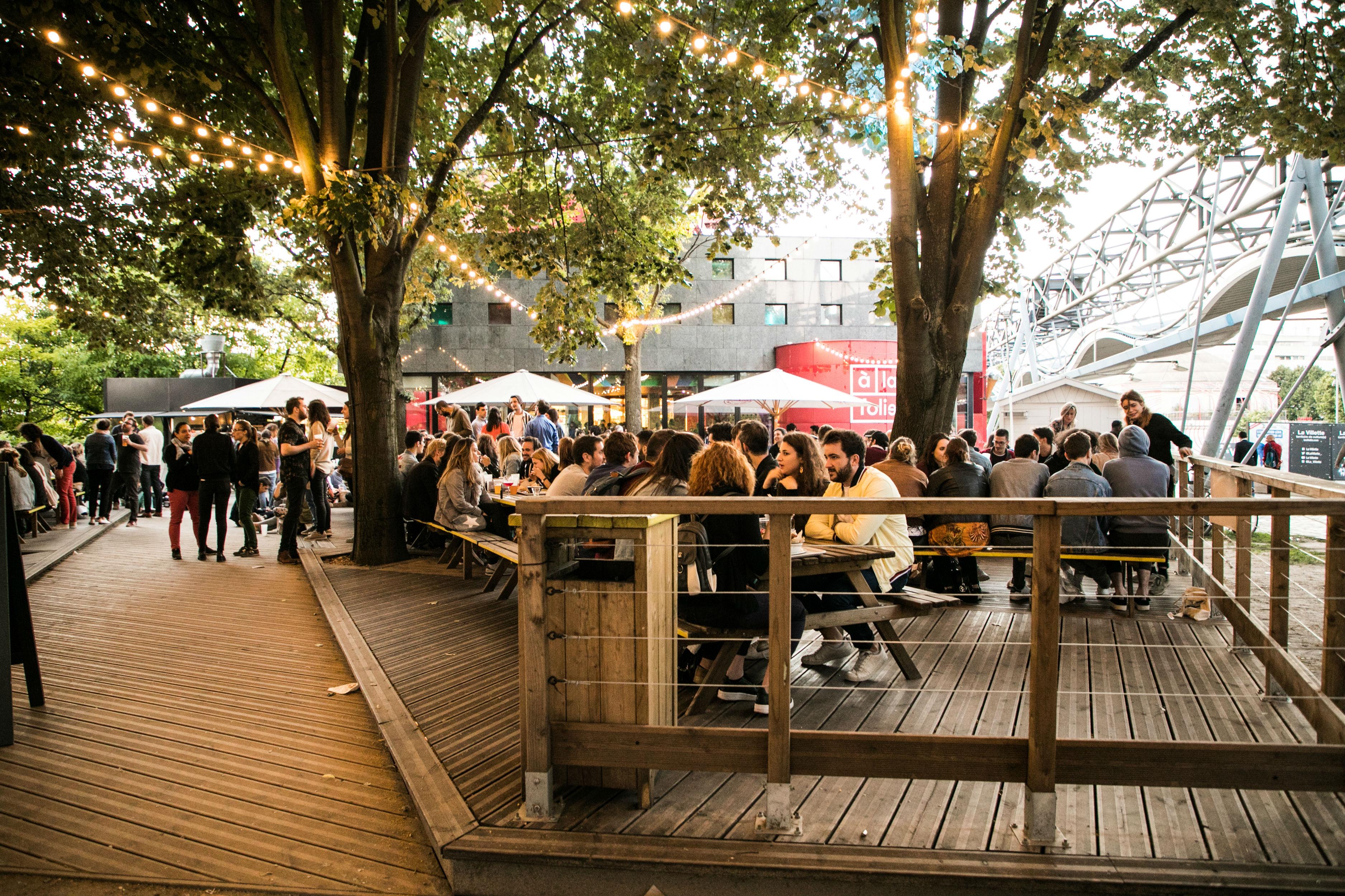 Gastro-guinguette, lieu de vie, musique, pique-nique et barbecue – situé dans le parc de la Villette, ce lieu étonnant vous accueille pour manger et se divertir